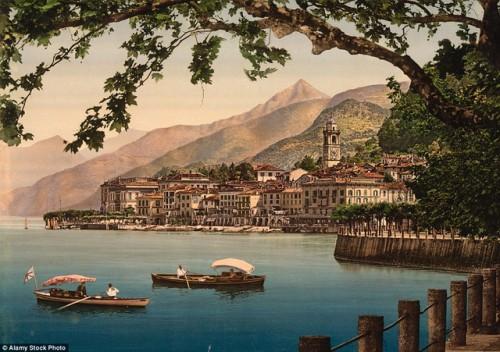 Hồ Como là một hồ nằm ở vùng Lombardia, Italia và Thụy Sĩ. Đây là hồ nước có nguồn gốc băng, lớn tứ ba ở Italia và là một trong những hồ nước sâu nhất châu Âu. Địa danh này sớm là nơi nghỉ dưỡng phổ biến của giới quý tộc và những người giàu có kể từ thời La Mã. Ảnh chụp những năm từ 1890 đến 1900.