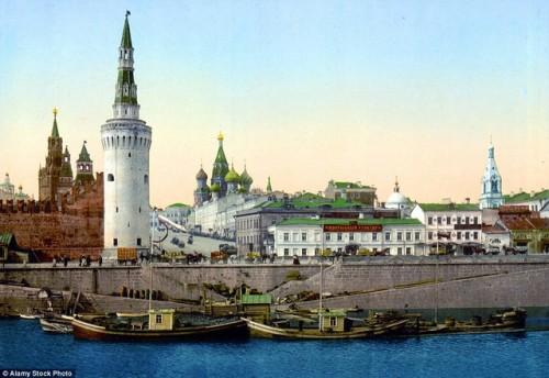 Nhà thờ thánh Basil là một trong những nhà thờ nổi tiếng nhất thế giới, nằm ở thủ đô Moscow, Nga. Nhìn từ trên cao, nhà thờ rất nguy nga tráng lệ. Những du khách từng có dịp đặt chân tới đây đều nhận định, họ như chuẩn bị được khám phá một trong những lâu đài đẹp nhất trong các câu chuyện cổ tích của nước Nga. Ảnh chụp trong khoảng thời gian từ 1890 đến 1900.