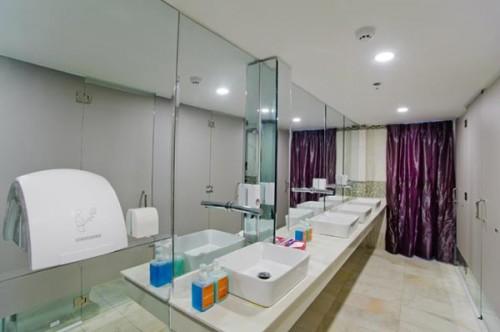 Phòng tắm chung rộng rãi, không lo phải chen chúc.
