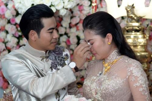 Thanh Bình dịu dàng lau nước mắt cho vợ.