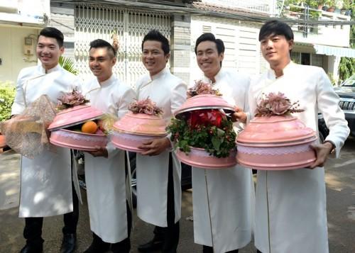 Dàn diễn viên Trương Nam Thành, Hồ Giang Bảo Sơn, Hoàng Anh, Kiều Minh Tuấn và Quốc Trường diện áo dài trắng chỉnh tề, giúp Thanh Bình bưng tráp đi hỏi vợ.