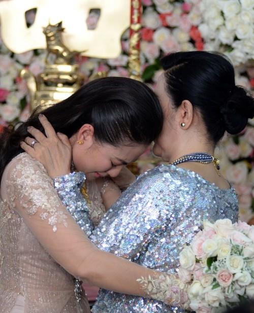 Ngọc Lan không kiềm được niềm xúc động, ôm mẹ bật khóc nức nở. Thiếu tình cảm của cha từ tấm bé, nên Ngọc Lan càng thấu hiểu sự hi sinh của mẹ.