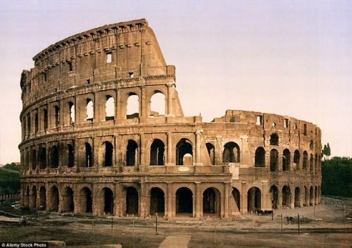 Đấu trường La Mã là đấu trường lớn ở thành phố Roma với công suất chứa lúc mới xây xong là 50.000 khán giả. Đấu trường dùng cho các võ sĩ giác đấu thi đấu và trình diễn trước công chúng. Sau này đấu trường được dùng làm nhà ở, cửa hàng… Hình ảnh chụp năm 1896.