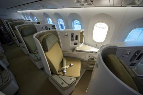 Cabin hạng thương gia sang trọng với hàng ghế chất lượng cao và có thể ngả phẳng 180 độ thành chiếc giường cá nhân thoải mái.
