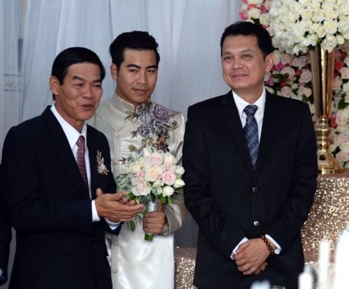 Nghệ sĩ Hữu Châu (ngoài cùng bên phải) là chủ trì cho lễ ăn hỏi của cặp đôi.