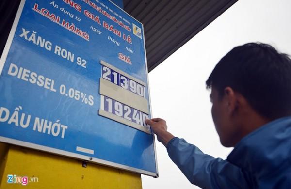 Nhân viên cửa hàng xăng dầu trên phố Dương Đình Nghệ (Hà Nội) thay bảng giá lúc 11h20 trưa nay. Ảnh: Lê Hiếu.