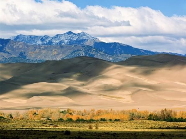 Trèo lên đỉnh cồn cát lớn ở Colorado: Với khung cảnh như trong một bộ phim khoa học viễn tưởng, những cồn cát có chiều cao lên tới 230 m tại đây là điểm đến được nhiều du khách lựa chọn để thử thách bản thân.