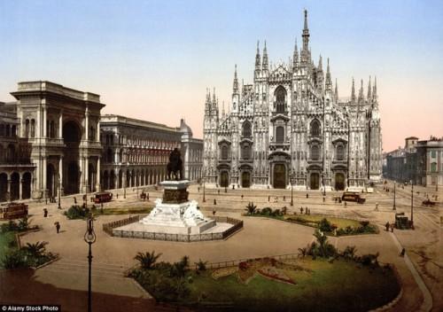 Quảng trường Piazza del Duomi nằm ở chính giữa trung tâm thành phố Milan. Công trình này sớm trở thành địa danh hấp dẫn khách du lịch hơn 100 năm trước đây. Ảnh chụp năm 1895.
