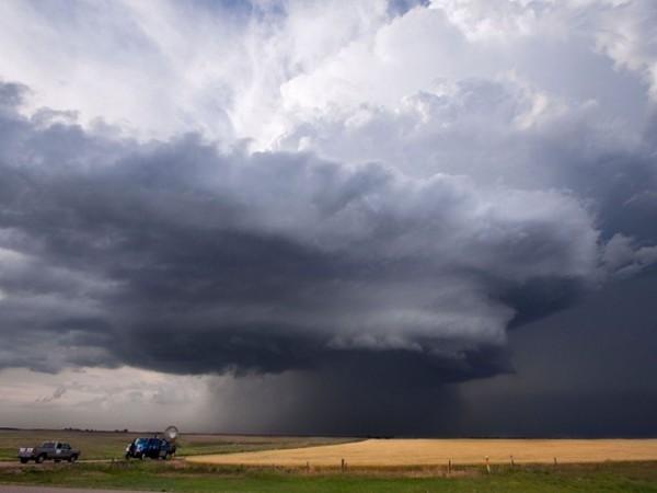 Săn bão ở Kansas: Các tour săn bão mạo hiểm kéo dài cả tuần sẽ cho du khách cơ hội tiếp cận và quan sát cơn thịnh nộ của tự nhiên, màn trình diễn của sấm chớp, lốc xoáy... trên những phương tiện thoải mái, ở tại khách sạn cao cấp, dưới sự hướng dẫn của các nhân viên giàu kinh nghiệm.
