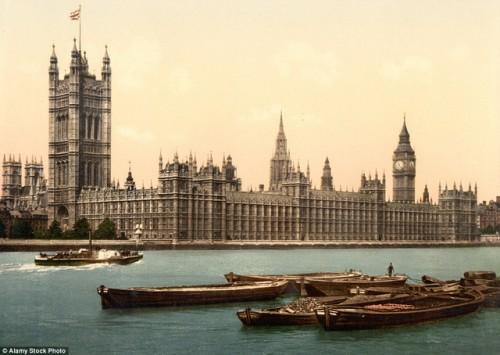 Cung điện Westminster, còn được gọi là Tòa nhà Nghị viện ở London, Anh, nằm ở bờ bắc sông Thames, là một trong những cung điện tuyệt vời nhất thế giới. Ảnh chụp trong khoảng thời gian từ 1890 đến 1900.