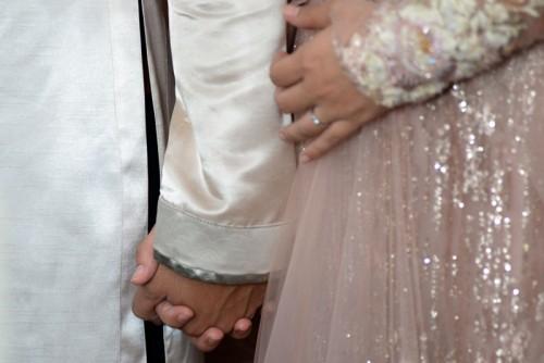 Cặp đôi nắm chặt tay nhau. Thanh Bình và Ngọc Lan là cặp đôi nghệ sĩ được khán giả yêu mến. Ai cũng vui mừng cho Ngọc Lan vì sau rất nhiều những vất vả chuyện tình cảm, cô đã tìm được bến đỗ cuộc đời mình.